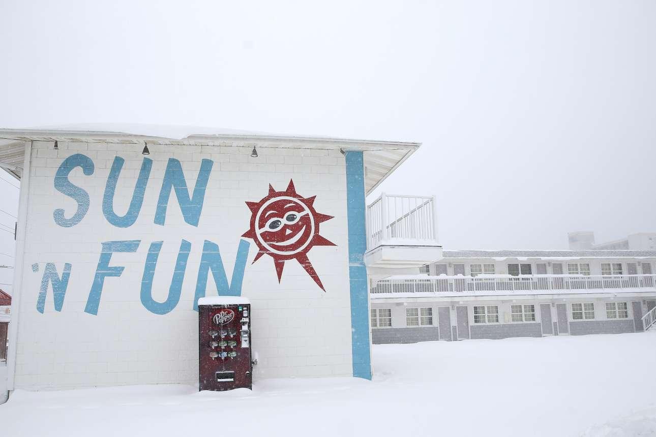 Το όνομα του μοτέλ «Ηλιος και Κέφι» (Sun and Fun) στο Μέριλαντ των ΗΠΑ έρχεται σε πλήρη αντίθεση με το υπόλοιπο, χιονισμένο, περιβάλλον