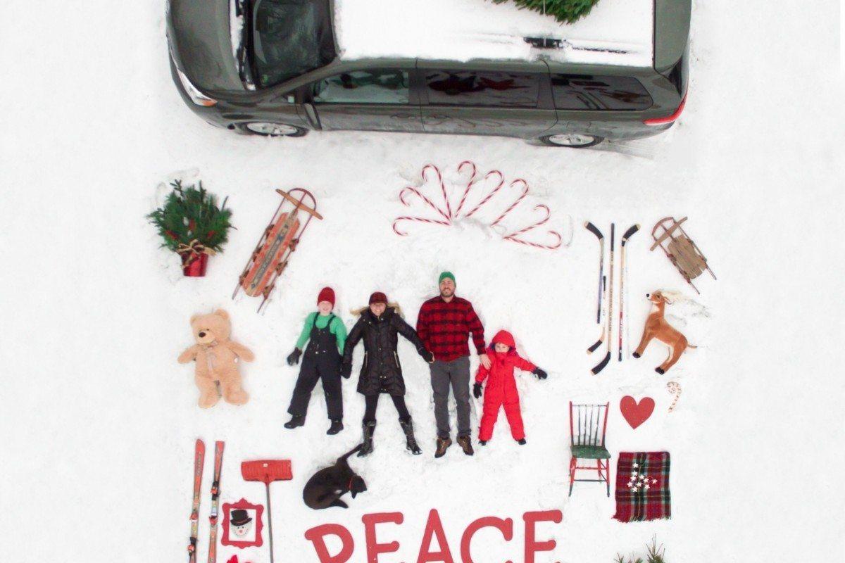Μια δημιουργική οικογένεια από τη Μινεάπολη των ΗΠΑ φτιάχνει τη δική της χριστουγεννιάτικη κάρτα χρησιμοποιώντας αντικείμενα από το γκαράζ, ένα drone και τη φαντασία της