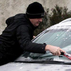 Man-scrapes-ice-from-windscreen-xlarge_trans_NvBQzQNjv4Bq_SpTFknTS8sPiJ9hWnasAhYfAtXqyp5bI8IGeGolr_s
