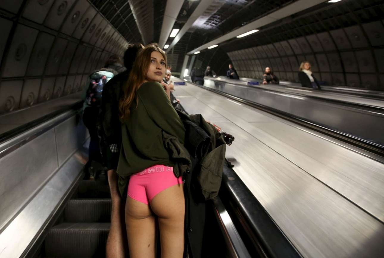 Οι τολμηρές νεαρές στο μετρό του Λονδίνου τράβηξαν πάνω τους όλα τα βλέμματα