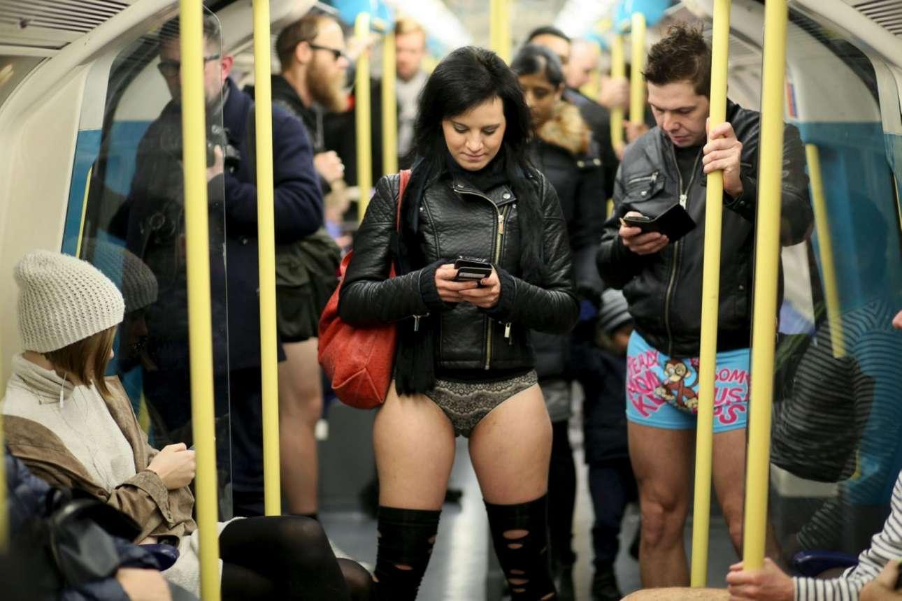 Οι επιβάτες με τα εσώρουχα συγκεντρώνουν αρκετά αδιάκριτα βλέμματα στο μετρό του Λονδίνου