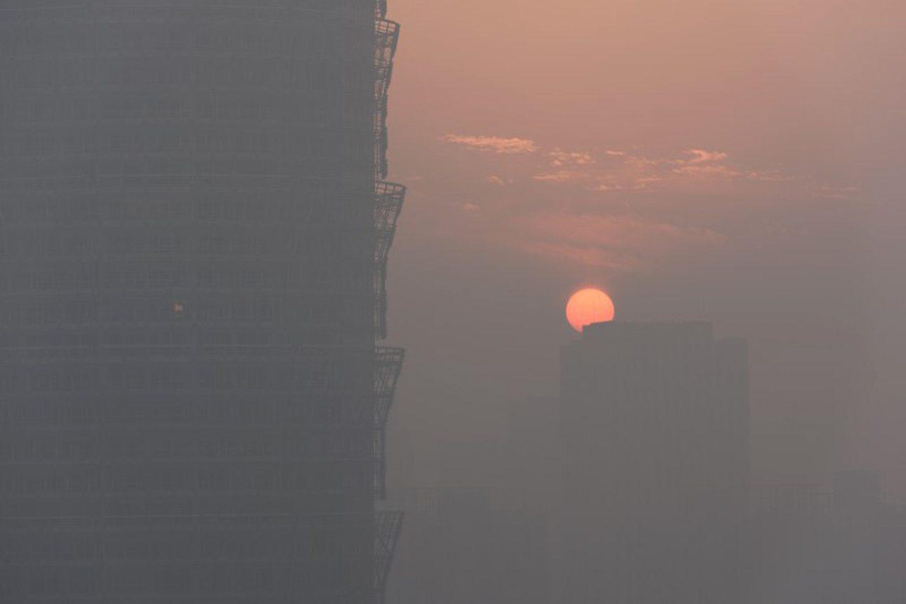 Μολυσμένο ηλιοβασίλεμα στην πόλη Ζενγκζού, επαρχία Χενάν στην κεντρική Κίνα
