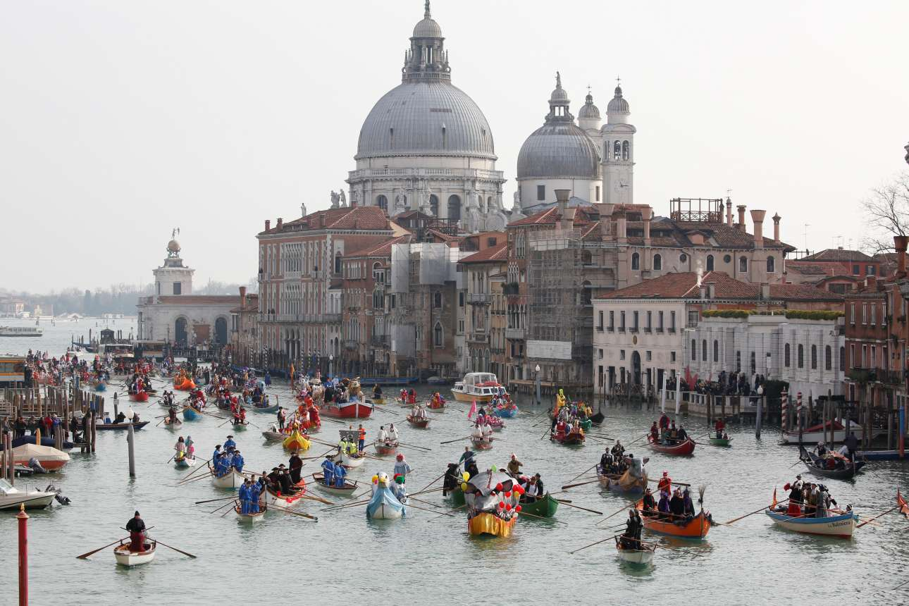 Πολύχρωμες, μασκαρεμένες γόνδολες παρελαύνουν στο Μεγάλο Κανάλι της Βενετίας