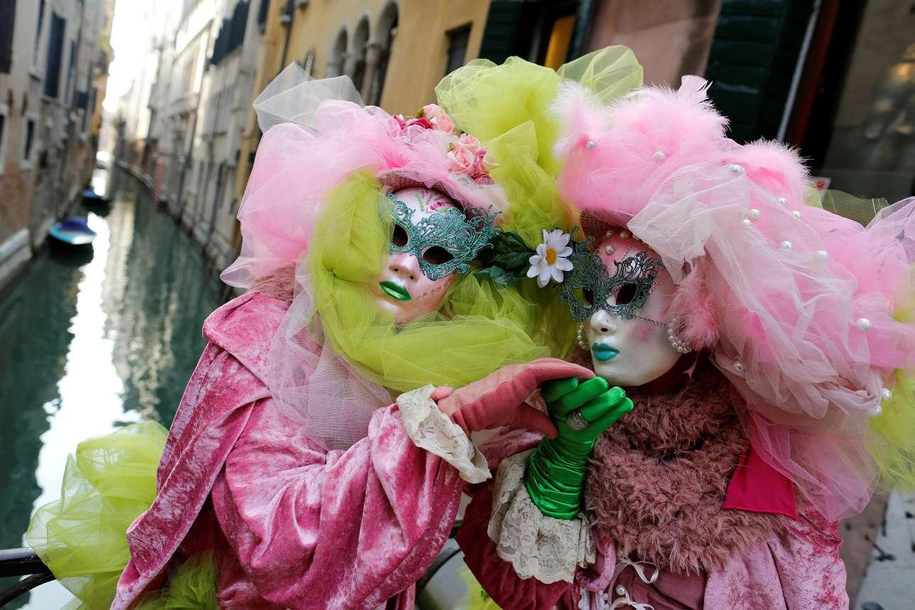 Βενετσιάνικες μάσκες και κοστούμια σε ανοιξιάτικα χρώματα, με φόντο ένα από τα γραφικά κανάλια της Βενετίας