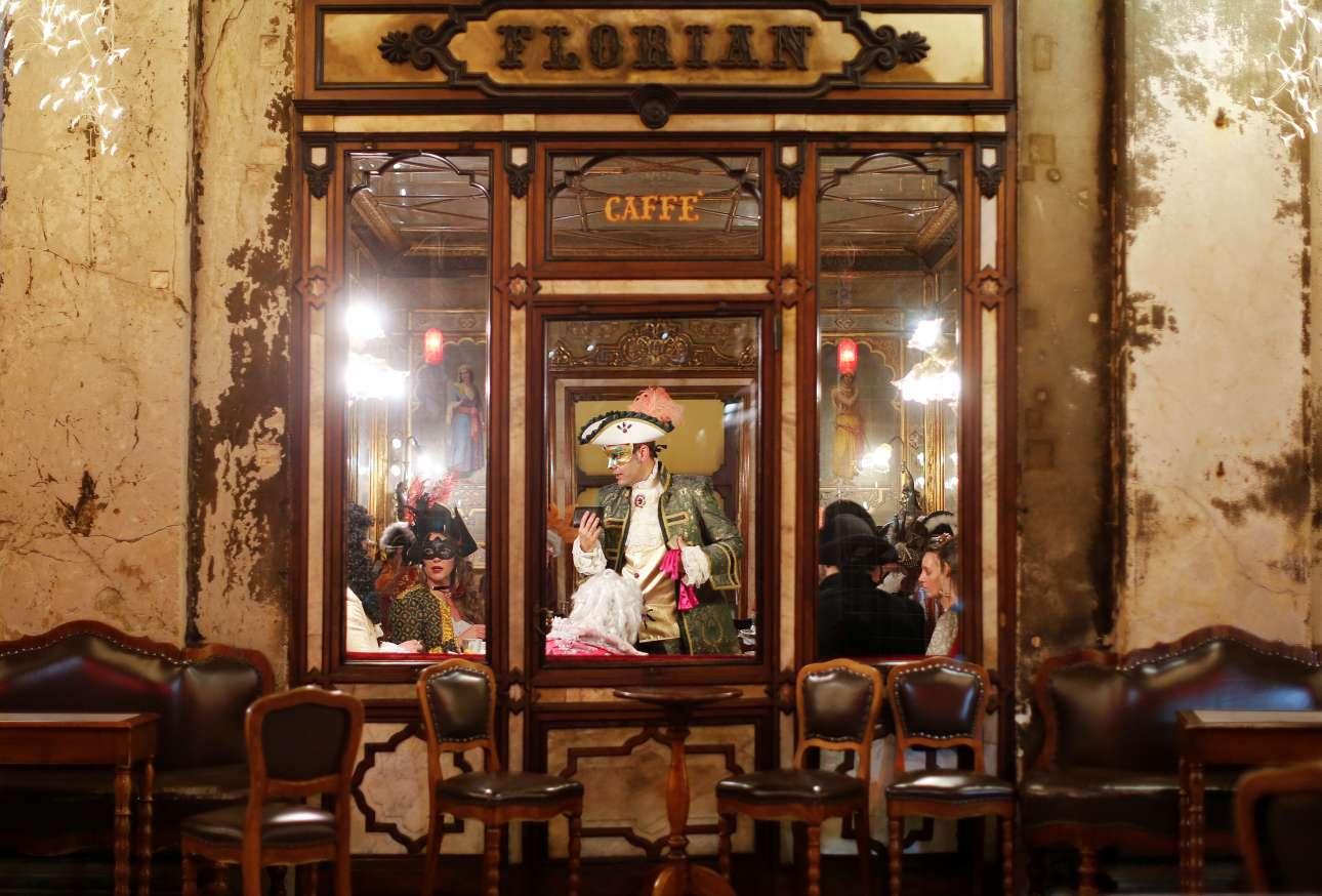 Μια φωτογραφία σαν πίνακας ζωγραφικής. Καρναβάλια μέσα στο εμβληματικό καφέ «Φλόριαν» του 1720, το παλαιότερο καφέ του κόσμου