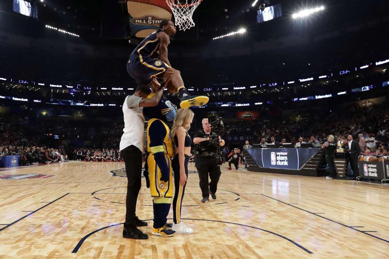 Ο Γκλεν Ρόμπινσον ΙΙΙ ίπταται πάνω από αθλητές, μασκότ και μία μαζορέτα για να καρφώσει και να κερδίσει τον διαγωνισμό