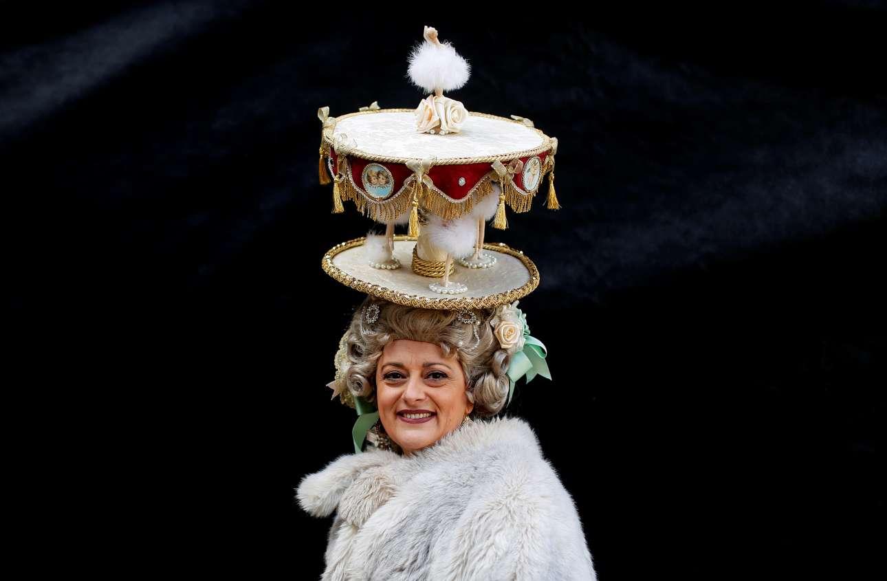 Στις φετινές απόκριες, την παράσταση έκλεψαν τα εντυπωσιακά χειροποίητα κάπελα, όπως το εκπληκτικό κάπελο - καρουζέλ της φωτογραφίας