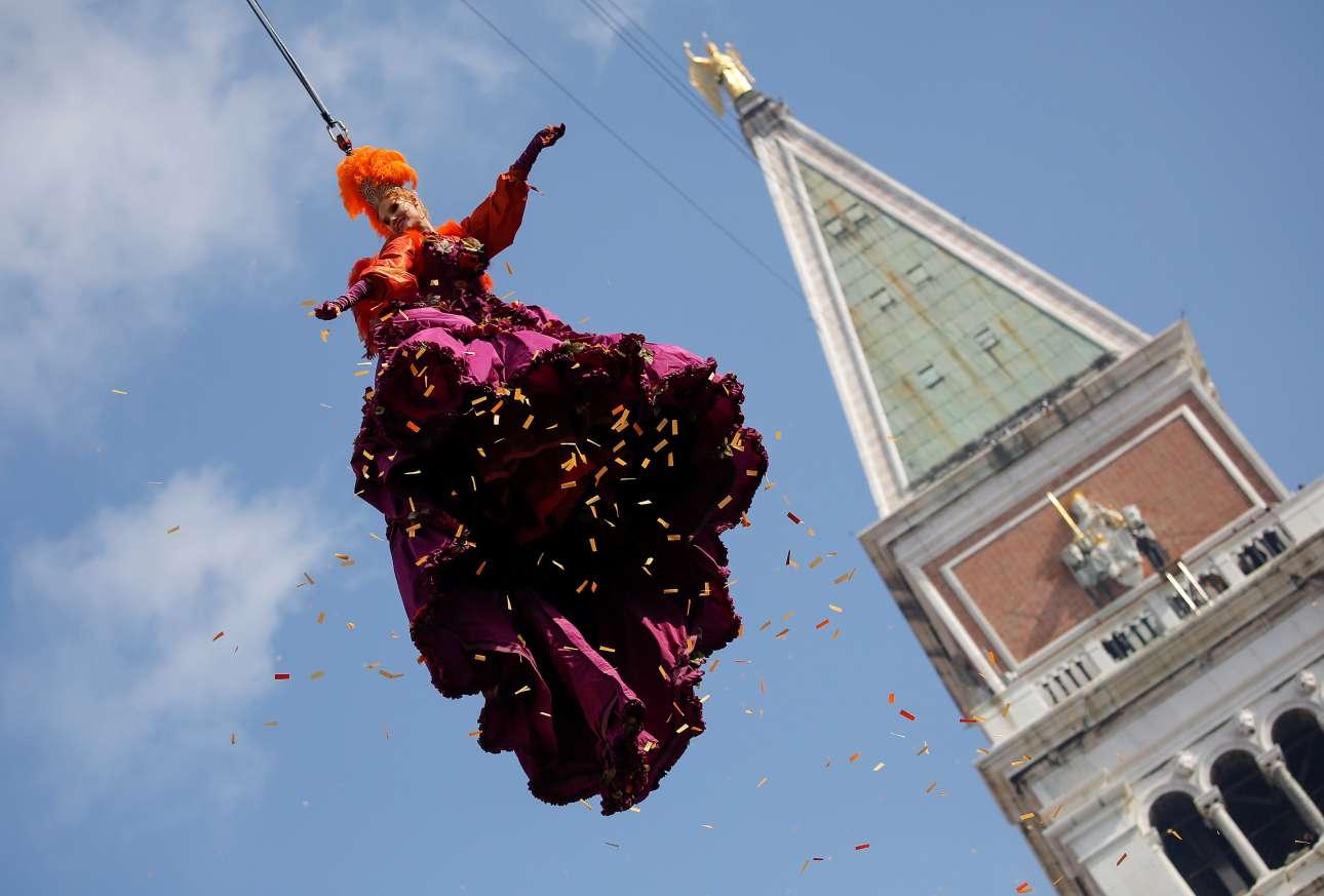 Η φετινή νικήτρια του διαγωνισμού «Festa delle Marie» κρέμεται από ενα σχοινί από το καμπαναριό του Αγίου Μάρκου, στη μέση της πλατείας. Το παραδοσιακό έθιμο «η πτήση του Αγγέλου» χρονολογείται στη Γαληνοτάτη Δημοκρατία της Βενετίας, την εποχή της Αναγέννησης