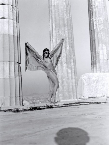 Η Ουγγαρέζα χορεύτρια Nikolska στον Παρθενώνα, Αθήνα 1929 (Nelly's,© Φωτογραφικό Αρχείο Μουσείου Μπενάκη)