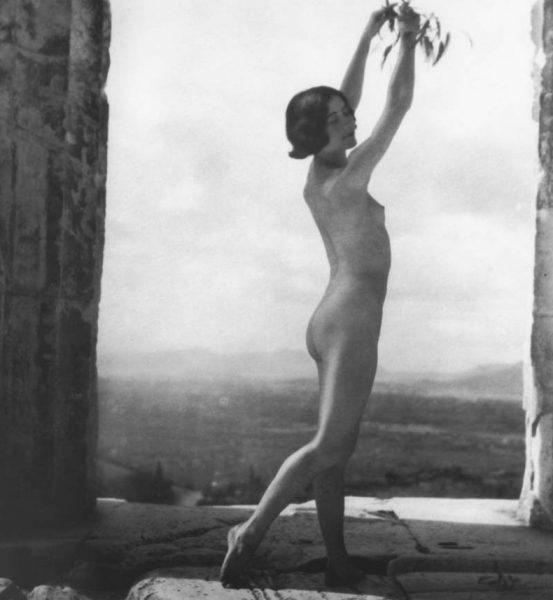 H Μόνα Πάιβα φωτογραφημένη από τη Nelly's στην Ακρόπολη, το 1928