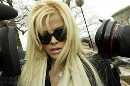 Anna Nicole Smith arrives with her lawyer Howard Stern for her hearing at the Supreme Court in Washington February 28, 2006. REUTERS/Chris Kleponis
