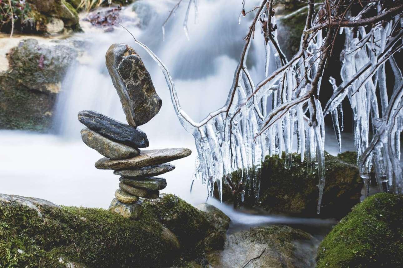 Ενα μαγικό χειμωνιάτικο σκηνικό. Ο Φουρκέντ χρειάστηκε δύο ώρες για να ισορροπήσει τις πέτρες