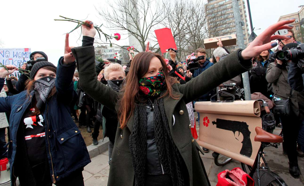 2017-03-08T145701Z_1221166123_RC1641CCCD90_RTRMADP_3_WOMENS-DAY-POLAND