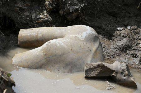 Τμήματα από το στήθος του αγάλματος (REUTERS/Mohamed Abd El Ghany)