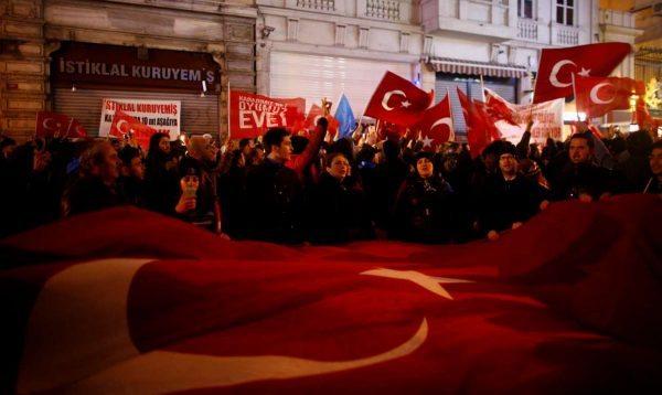 Διαδηλωτές έξω από το προξενείο της Ολλανδίας στην Κωνσταντινούπολη REUTERS/Osman Orsal
