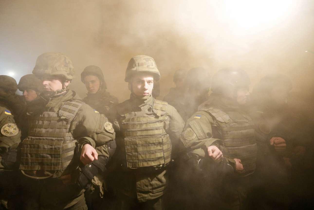 14 Μαρ. Ανδρες -πολύ νέοι- του ουκρανικού στρατού μαζί με ακτιβιστές εθνικιστικών οργανώσεων δημιουργούν με τα σώματά τους ένα μπλόκο, για να αποκλείσουν τη μεταφορά φορτίων μέσω τρένου από περιοχές που βρίσκονται υπό τον έλεγχο των αυτονομιστών, στο Κίεβο
