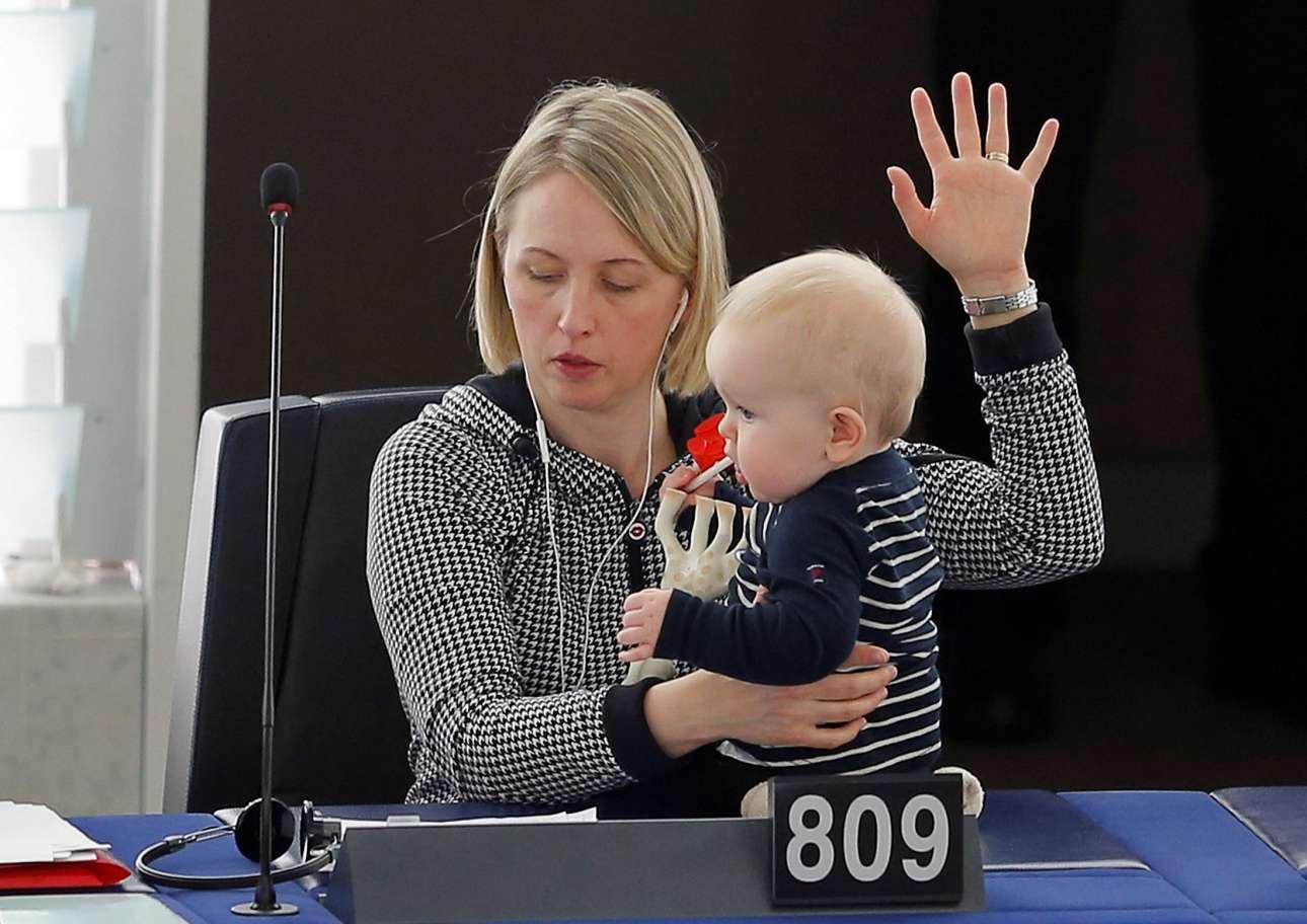 14 Μαρ. Ποιος είπε ότι η μητρότητα και η πολιτική σταδιοδρομία δεν πάνε μαζί; Η σουηδή ευρωβουλευτής, Τζίτε Γκούτλαντ, με το ένα χέρι κρατά το μωρό της, ενώ με το άλλο χέρι ψηφίζει, κατά τη διάρκεια συνεδρίασης στο Ευρωπαϊκό Κοινοβούλιο του Στρασβούργου