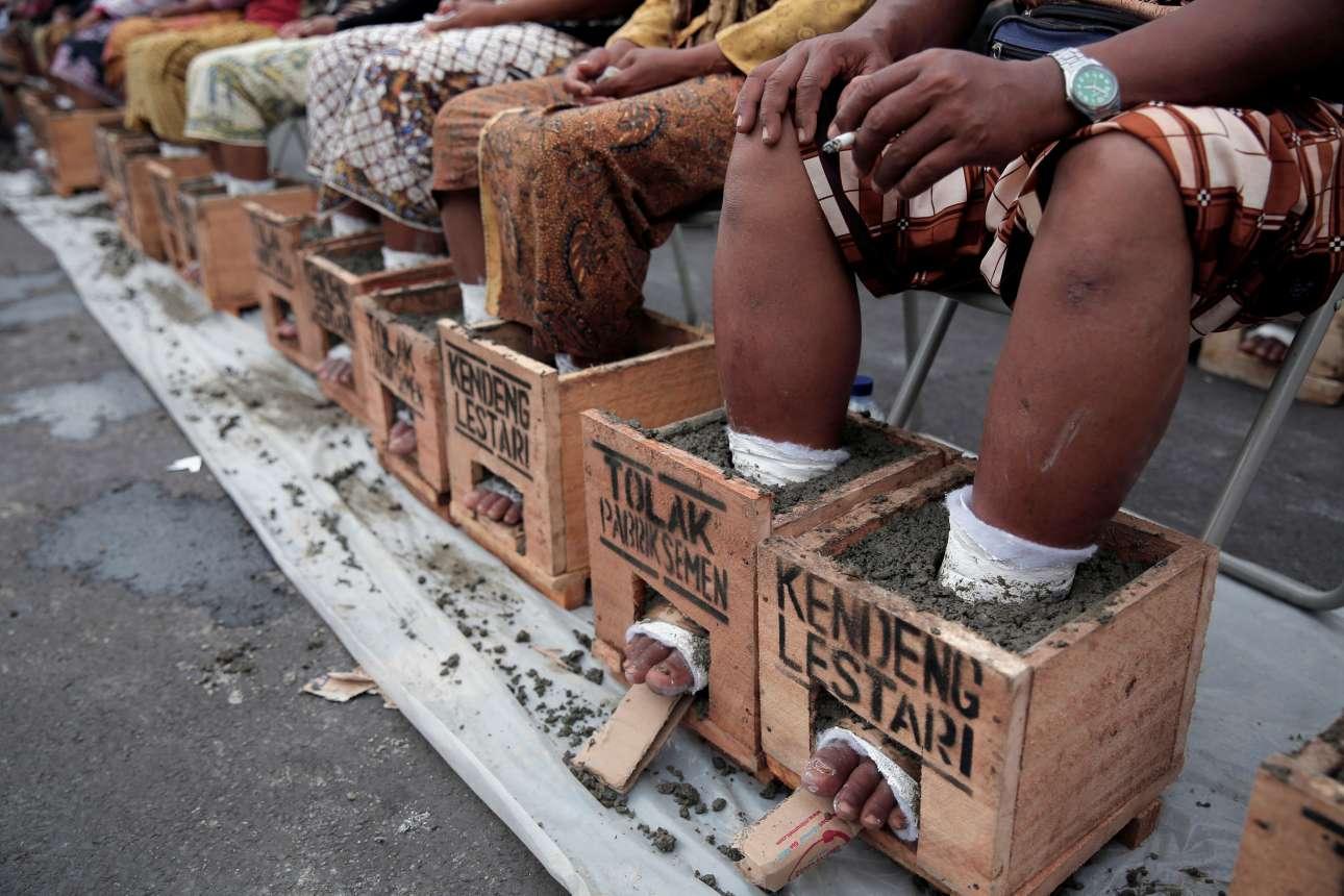 16 Μαρ. Κάτοικοι της επαρχιακής πόλης Ρεμπάνγκ, στην Ινδονησία, επισκέφθηκαν το προεδρικό μέγαρο στην Τζακάρτα και αιχμαλώτισαν τα πόδια τους σε κουτιά με τσιμέντο για τέσσερις ημέρες, συμβολικά, για να διαμαρτυρηθούν κατά της ζημιάς που προκαλεί ένα εργοστάσιο παραγωγής τσιμέντου στο περιβάλλον
