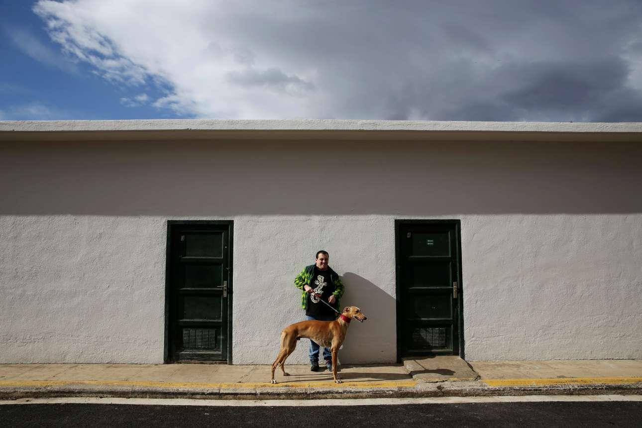Για τον 29χρονο Αντρες, η επαφή με τα σκυλιά του προσφέρει «γαλήνη»