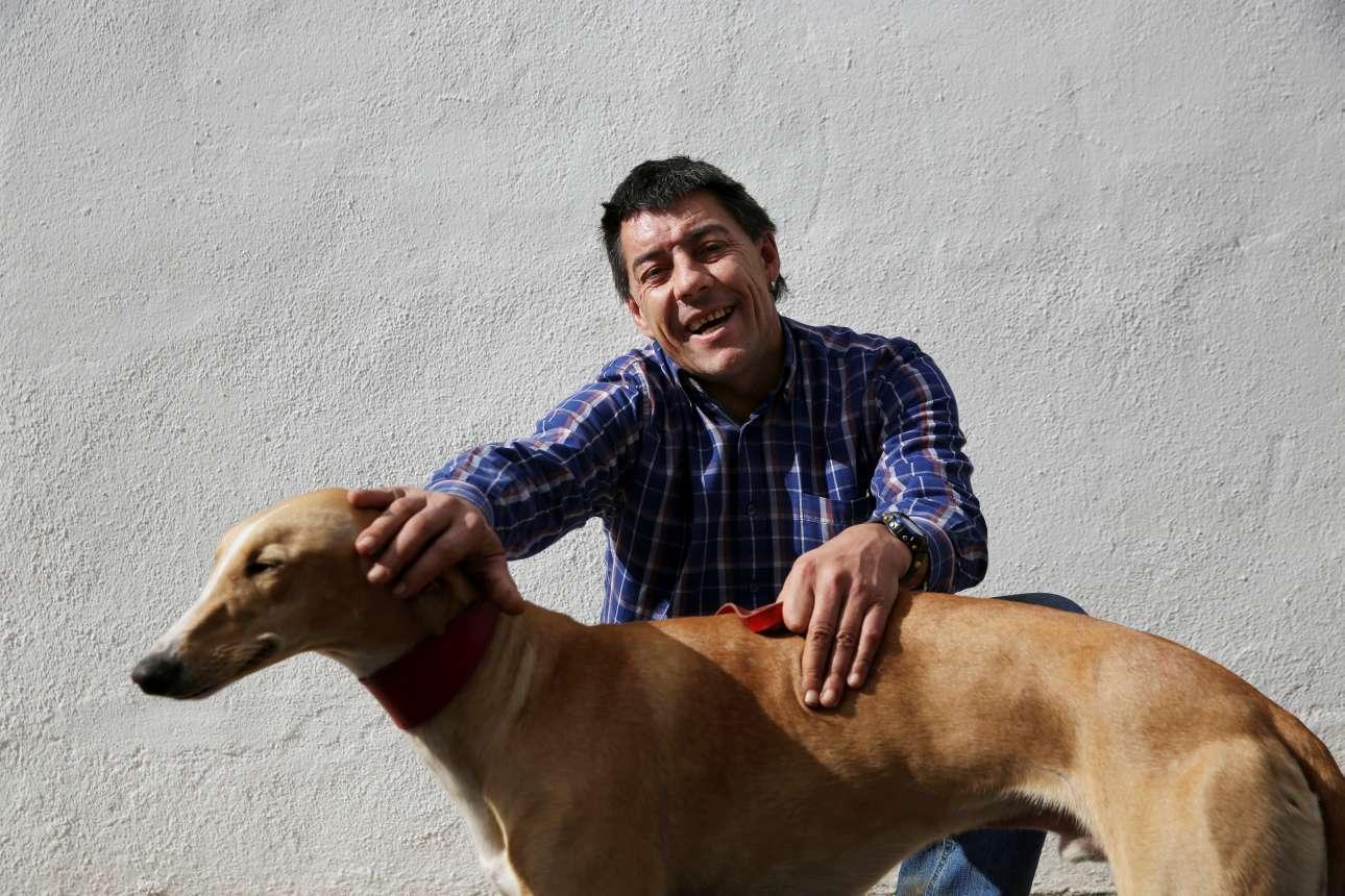 Ο 44χρόνος Ντέιβιντ ποζάρει με τον «Αρτζι». Οταν ρωτήθηκε τι σημαίνει ο σκύλος για αυτόν, απάντησε: «Φροντίδα»