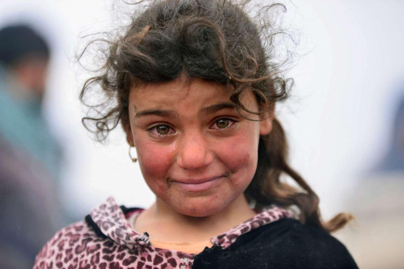16 Μαρ. Ενα μικρό κορίτσι προσπαθεί να συγκρατήσει τα δάκρυά της και να χαμογελάσει για τον φωτογράφο, ενώ μαίνονται οι συγκρούσεις ανάμεσα στους ιρακινούς στρατιώτες και τους τζιχαντιστές του ISIS, στην πόλη Μπαντούς, στο Ιράκ