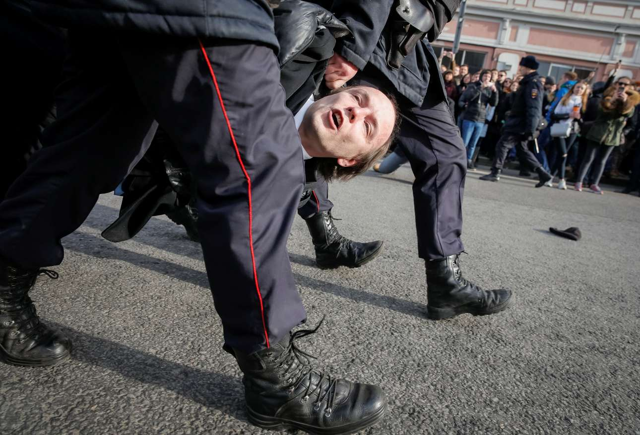 2017-03-26T151948Z_1976343896_RC1EE72B52D0_RTRMADP_3_RUSSIA-PROTESTS