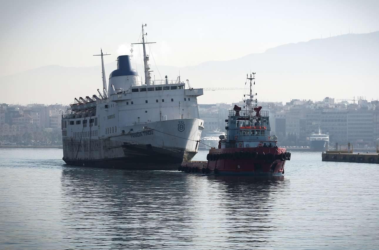 Το πλοίο φεύγει με φόντο το λιμάνι του Πειραιά. Σε λίγες ημέρες θα έχει μετατραπεί σε σίδερα