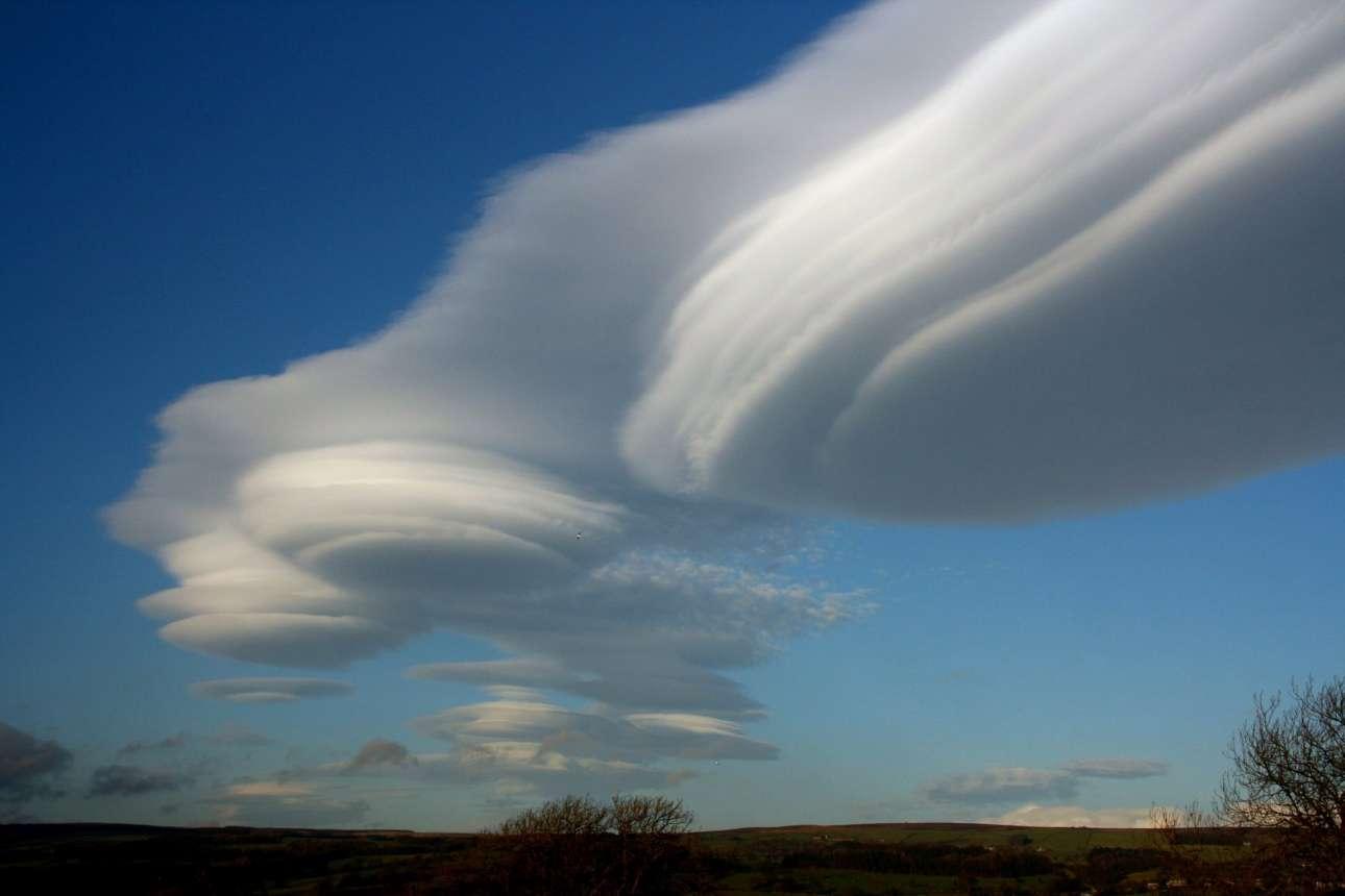 Φακοειδή σύννεφα που θυμίζουν διαστημόπλοια πάνω από τους λόφους του Γιορκσάιρ στη Βρετανία