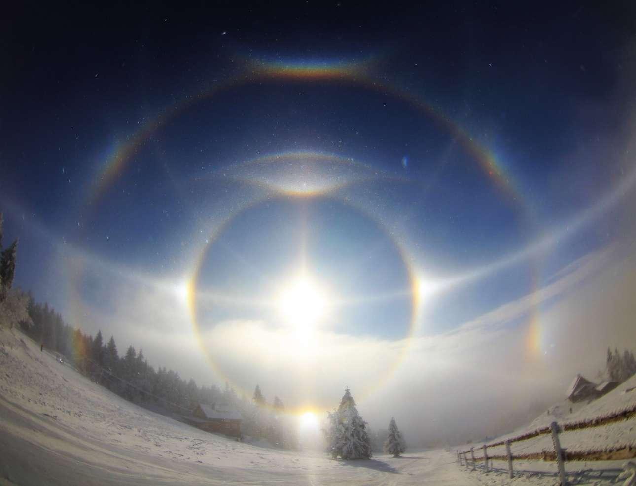 Ενα υπέροχο φωτοστέφανο σχηματίζεται στα 1.100 μέτρα, στο βουνό Κίλμπεργκ στα γερμανοτσεχικά σύνορα. Το ιδιαίτερο αυτό φαινόμενο παρατηρείται σε πολικές περιοχές ή σε βουνά όταν υπάρχουν παγοκρύσταλλοι στον αέρα