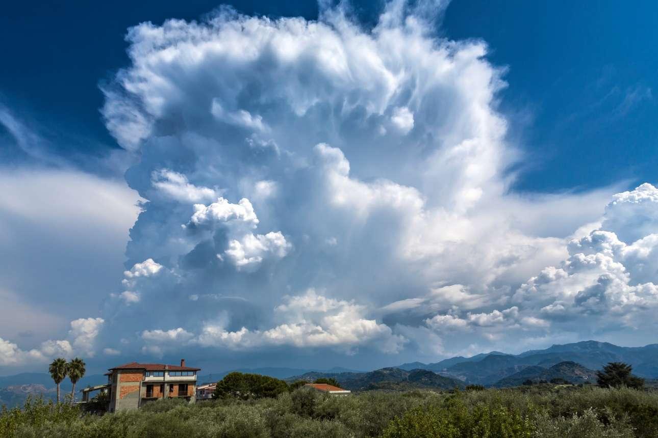 Οι σωρειτομελανίες είναι νέφη συνήθως ογκώδη και πυκνά, τα οποία μοιάζουν με βουνά ή τεράστιους πύργους, όπως αυτό πάνω από την ιταλική πόλη Μεσίνα