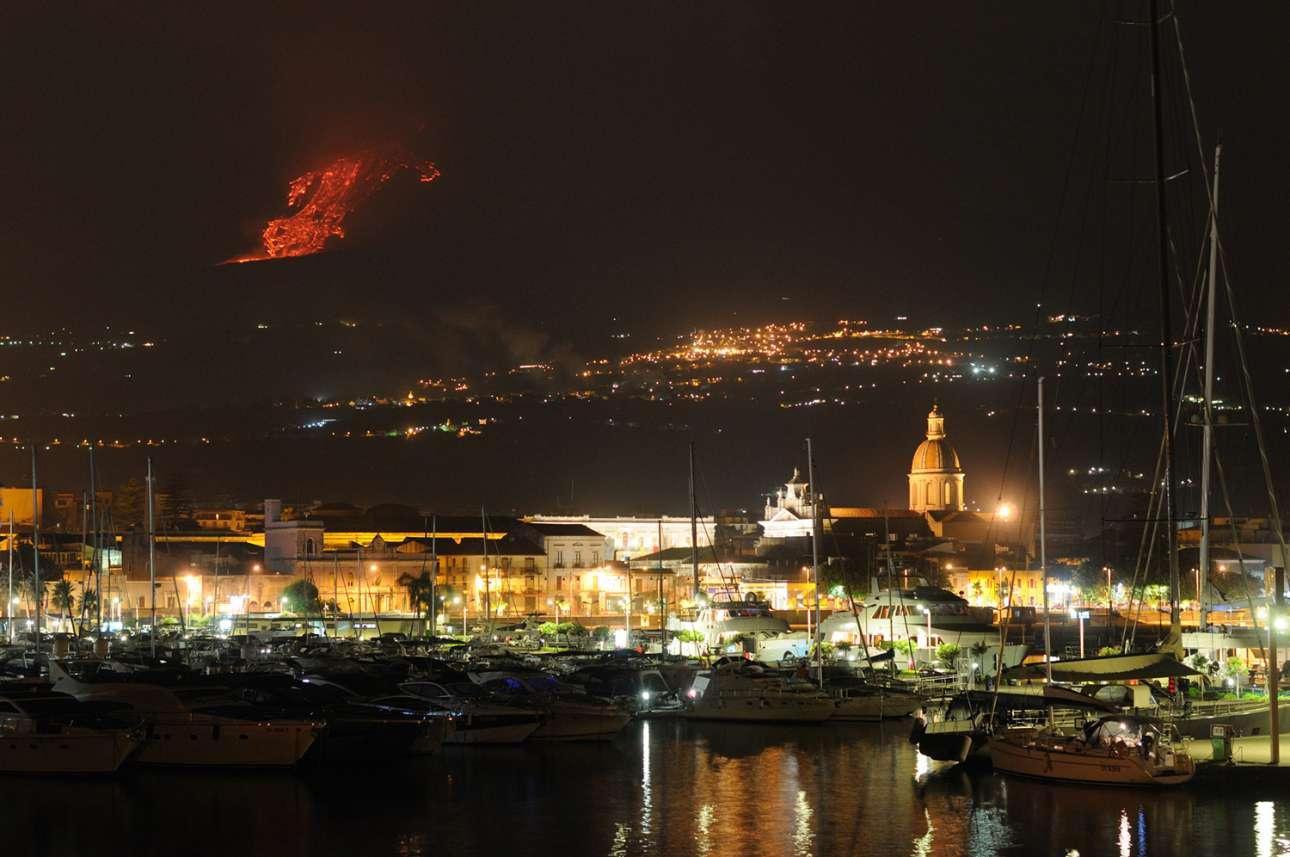 Το ειδυλλιακό λιμάνι Ριπόστο της Σικελίας, στη σκιά της Αίτνας το 2011