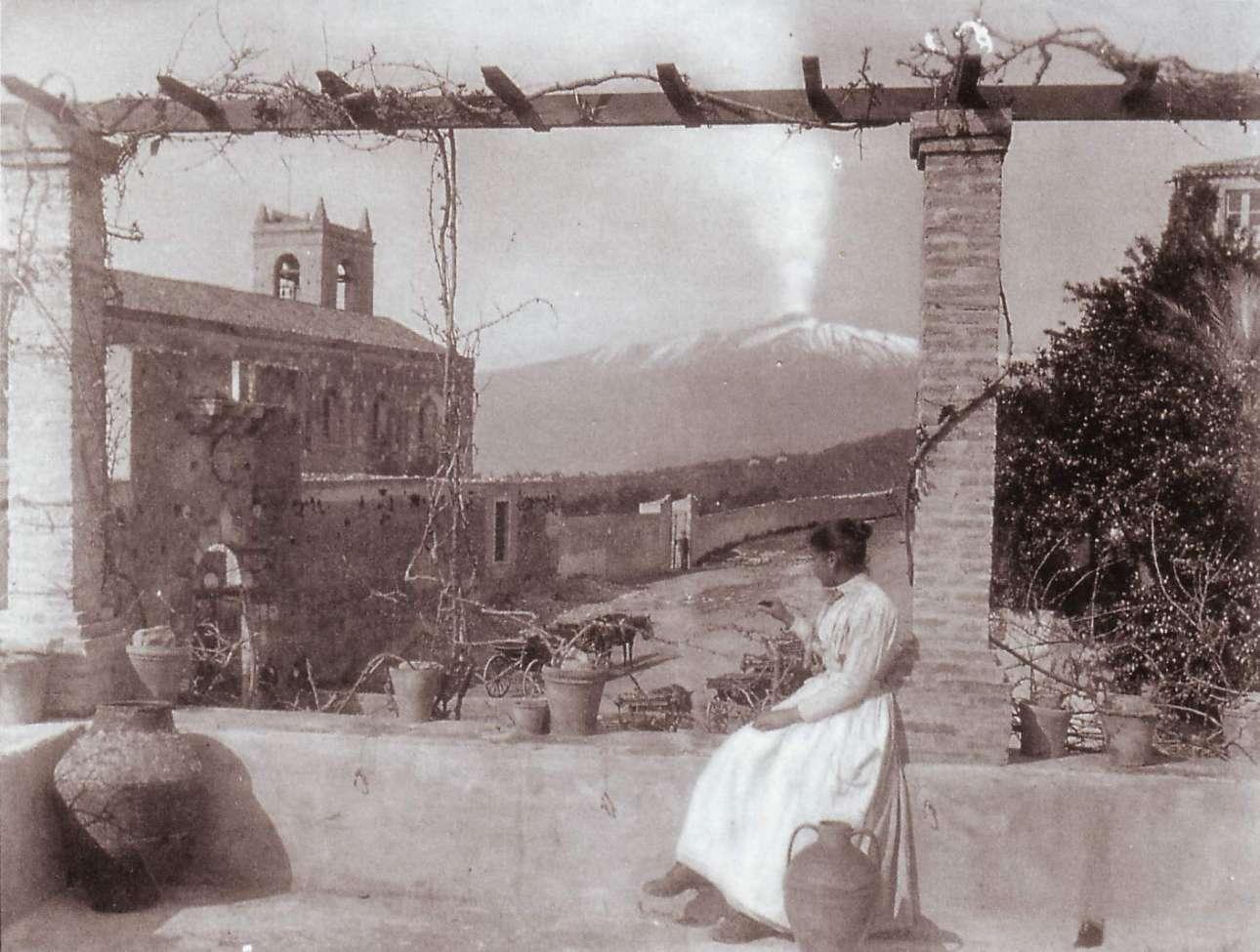Μία γυναίκα κοιτάζει το ηφαίστειο από την εκκλησία Σαν Ντομένικα στην Ταορμίνα, το 1895