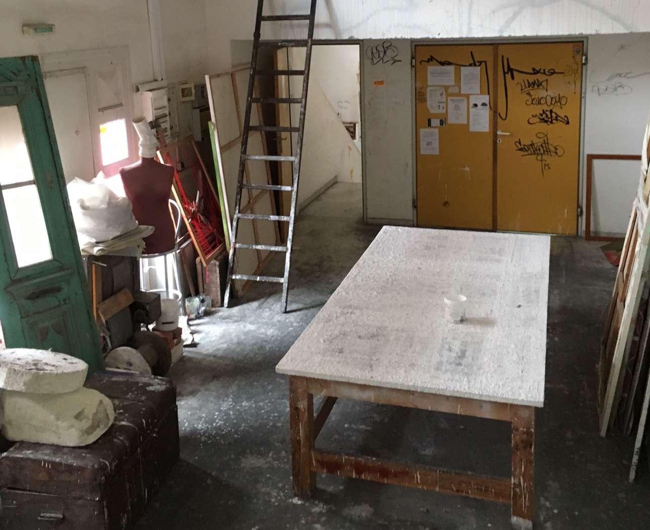 Τελάρα, κασέλες, υλικά και βρωμιά μέσα στο μοντέρνο κτίριο της Σχολής Καλών Τεχνών