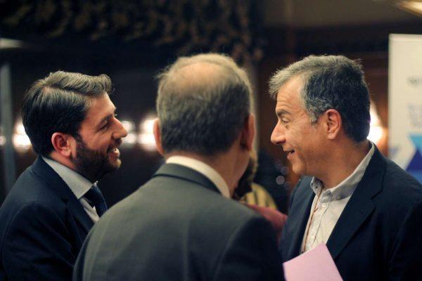 Ο επικεφαλής του Ποταμιού Σταύρος Θεοδωράκης συνομιλεί με τον ευρωβουλευτή Νίκο Ανδρουλάκη