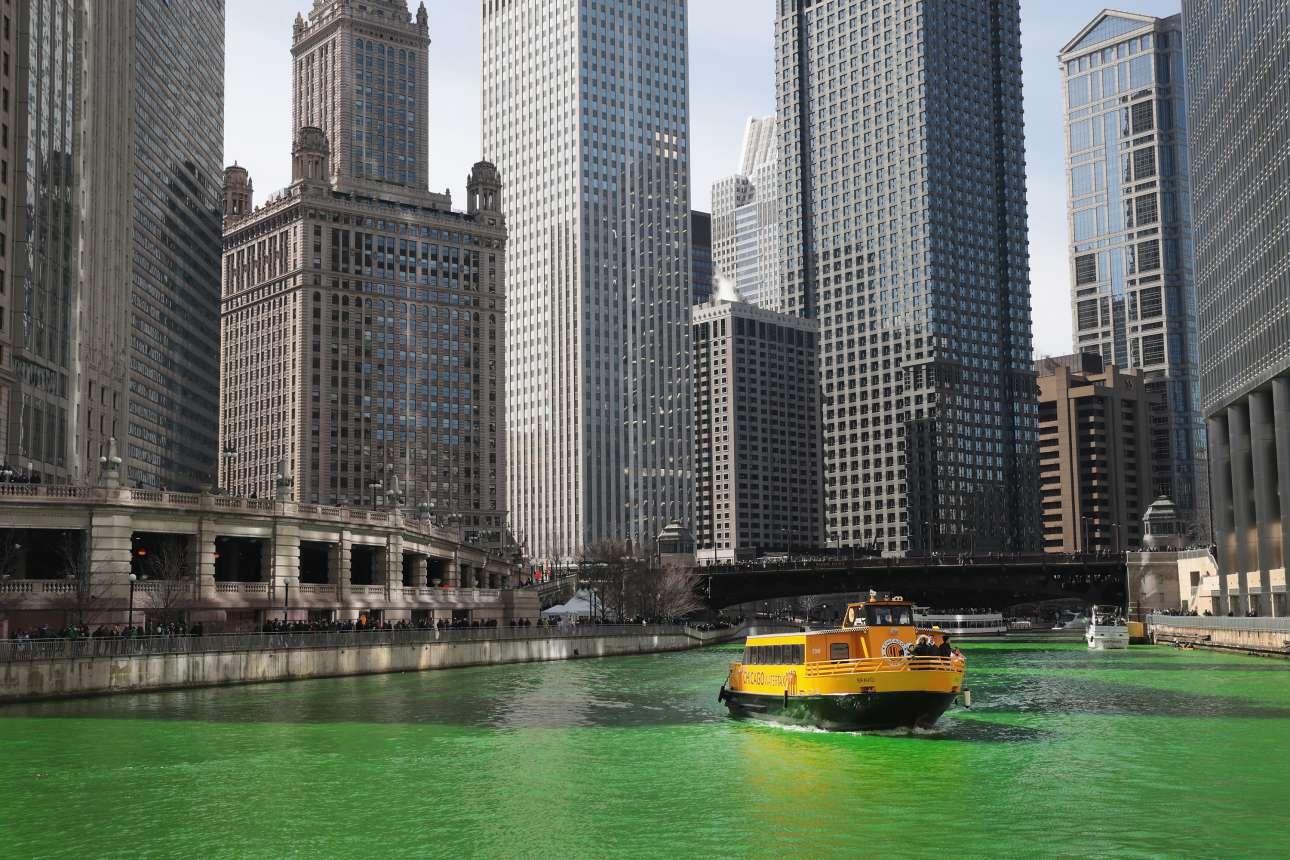 17 Μαρ. Ουρανοξύστες του Σικάγο πάνω από τα καταπράσινα νερά του ποταμού που διασχιζει την πόλη. Από το 1962, κάθε ημέρα που γιορτάζεται ο Αγιος Πατρίκιος, ο ποταμός βάφεται με φυσική μπογιά πράσινος (το χρώμα των Iρλανδών) για πέντε ώρες