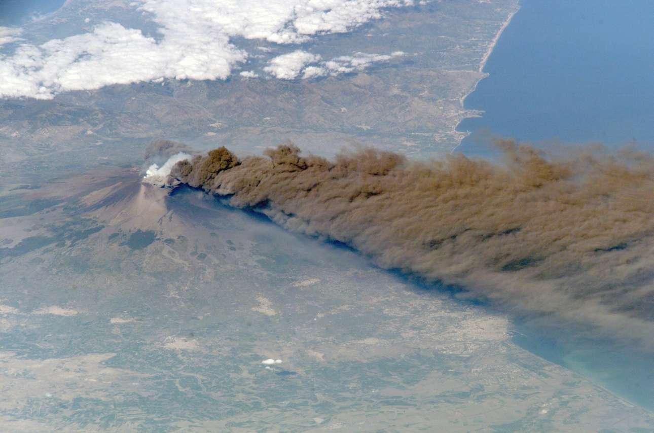 Φωτογραφία της έκρηξης του ηφαιστείου το 2002 από το Διεθνή Διαστημικό Σταθμό