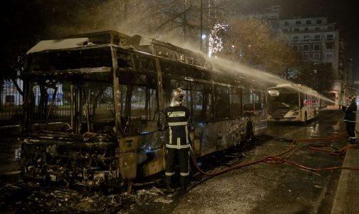 Δευτέρα 19 Δεκεμβρίου 2016. Πυροσβέστες προσπαθούν να κατασβέσουν την πυρκαγιά σε ένα από τα τρόλεϊ που πυρπολήθηκαν από «ομάδες συντρόφων» INTIMEnews/ ΚΩΤΣΙΑΡΗΣ ΓΙΑΝΝΗΣ