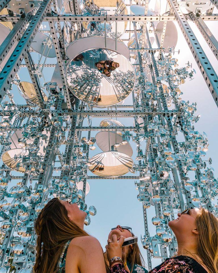 Μία εντυπωσιακή εγκατάσταση με παραβολικούς καθρέφτες συγκέντρωσε όλα τα βλέμματα...και τις σέλφι