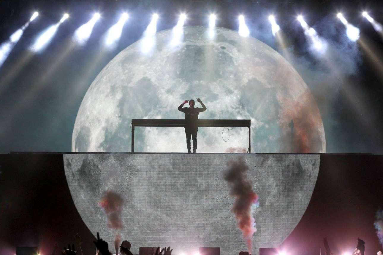 Ο μουσικός Steve Angello με φόντο το ψηφιακό φεγγάρι