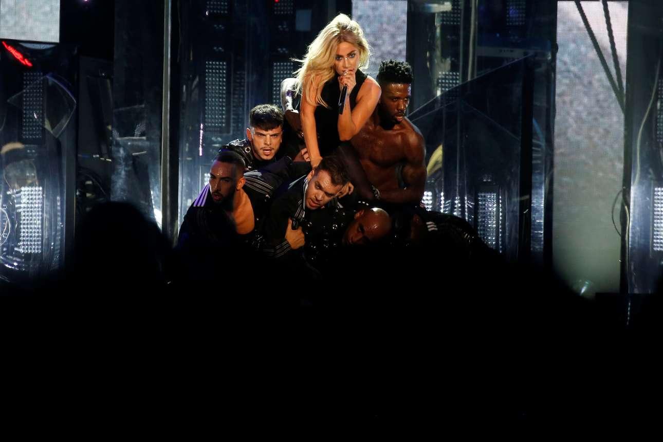 Η Lady Gaga, πάνω σε ένα «λόφο» από άνδρες, αποθεώνεται από το κοινό