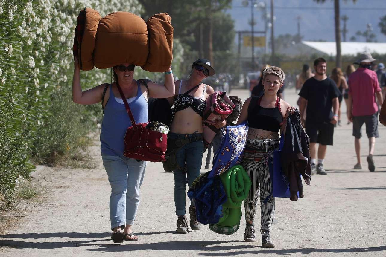 Επισκέπτες καταφθάνουν στο φεστιβάλ με τον απαραίτητο εξοπλισμό κάμπινγκ για την τριήμερη διανυκτέρευση τους