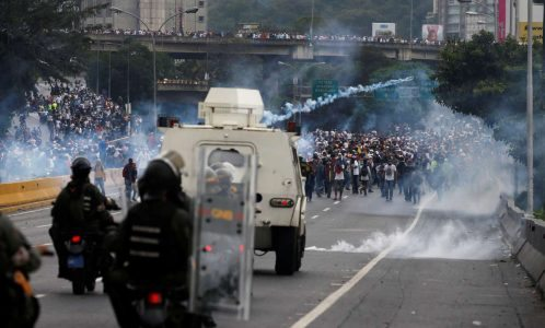 2017-04-20T201532Z_1672038680_RC1C5F216F40_RTRMADP_3_VENEZUELA-POLITICS-PROTESTS