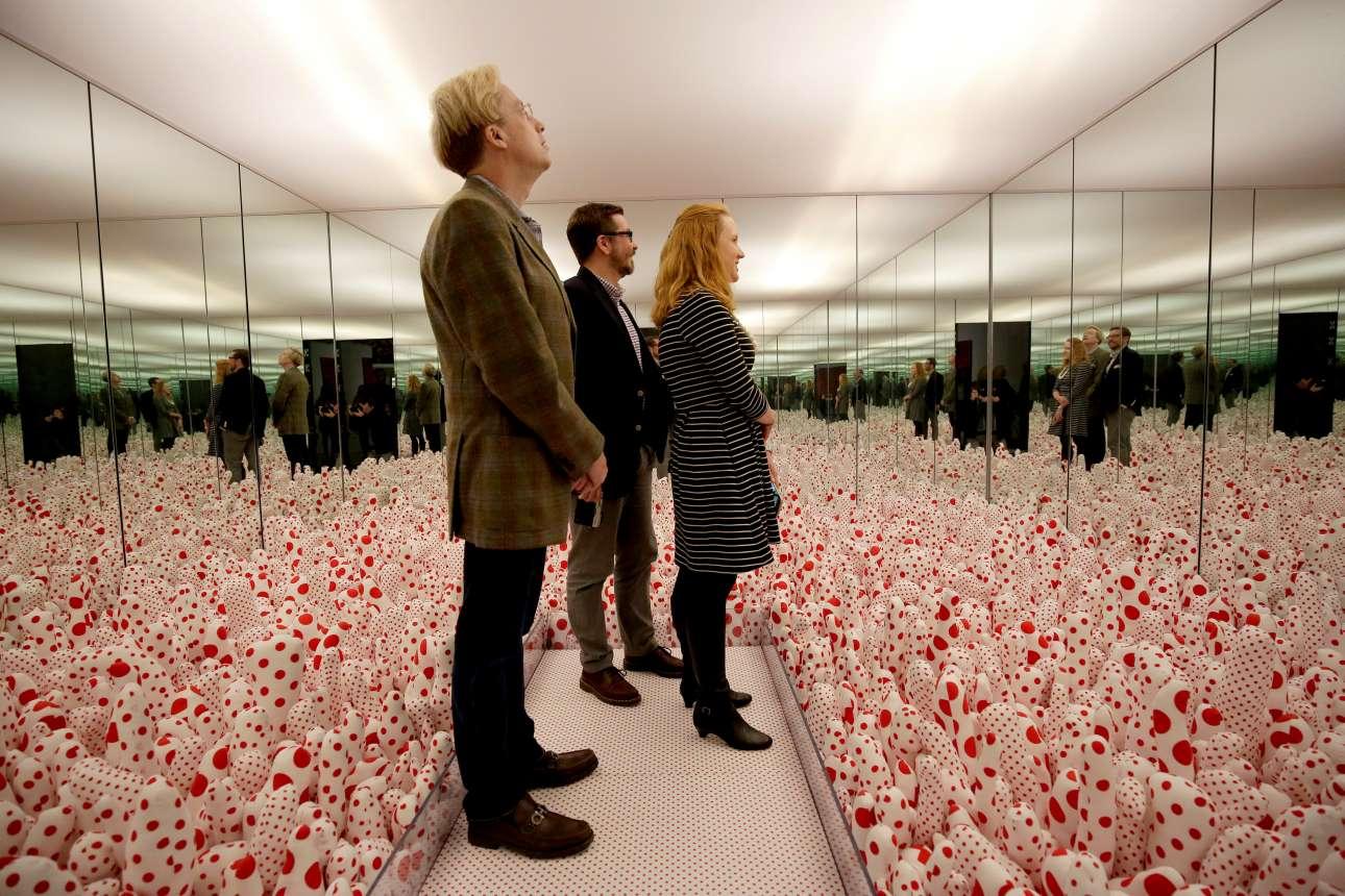 Στο δωμάτιο «Phalli's Field», η Κουσάμα δημιουργεί ένα ψυχεδελικό σκηνικό γεμάτο από φαλλικά πάνινα αντικείμενα και καθρέφτες