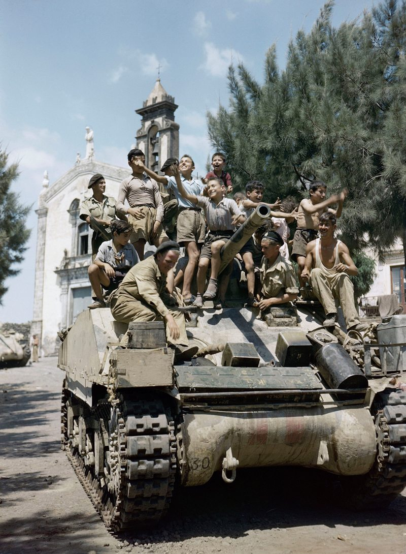 Ενθουσιασμένα πιτσιρίκια στη Σικελία υποδέχονται το βρετανικό τανκ, τον Αύγουστο του 1943