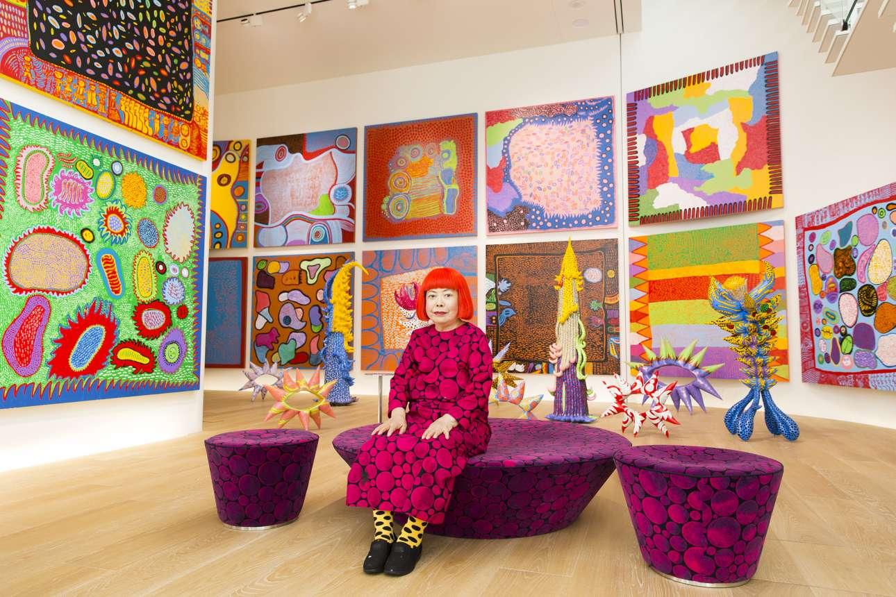 Η Γιαγιόι Κουσάμα ποζάρει ανάμεσα στα καινούρια πολύχρωμα έργα της, στο Τόκιο το 2016