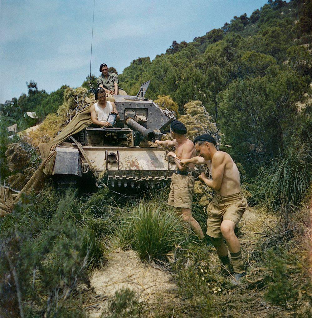 Στρατιώτες καθαρίζουν το πυροβόλο του τανκ τους στην Τυνησία, τον Μάιο του 1943