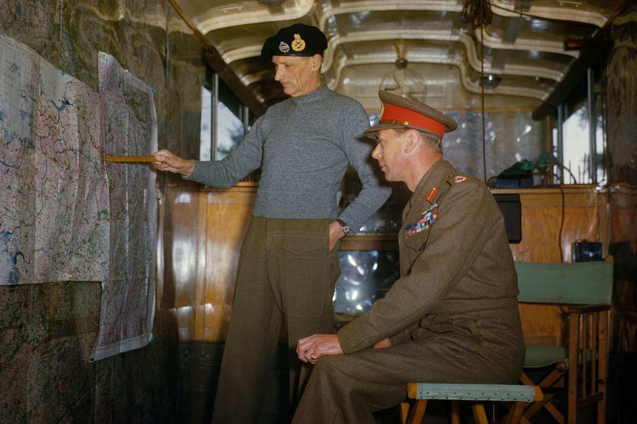 Ο θρύλος του Β' Παγκοσμίου Πολέμου, ο στρατάρχης Σερ Μπέρναρντ Μοντγκόμερι (όρθιος), ο οποίος συνέβαλε καθοριστικά στις νίκες κατά της ναζιστικής Γερμανίας, εξηγεί τα σχέδια του στον βασιλιά Γεώργιο Στ', μέσα στο κινητό στρατηγείο του στην Ολλανδία, τον Οκτώβριο του 1944