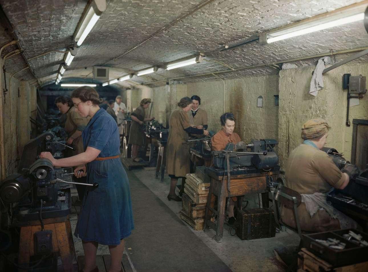Γυναίκες κατασκευάζουν σφαίρες και βλήματα κανονιών στο υπόγειο εργοστάσιο πυρομαχικών του Μέρσισαιντ, 1945