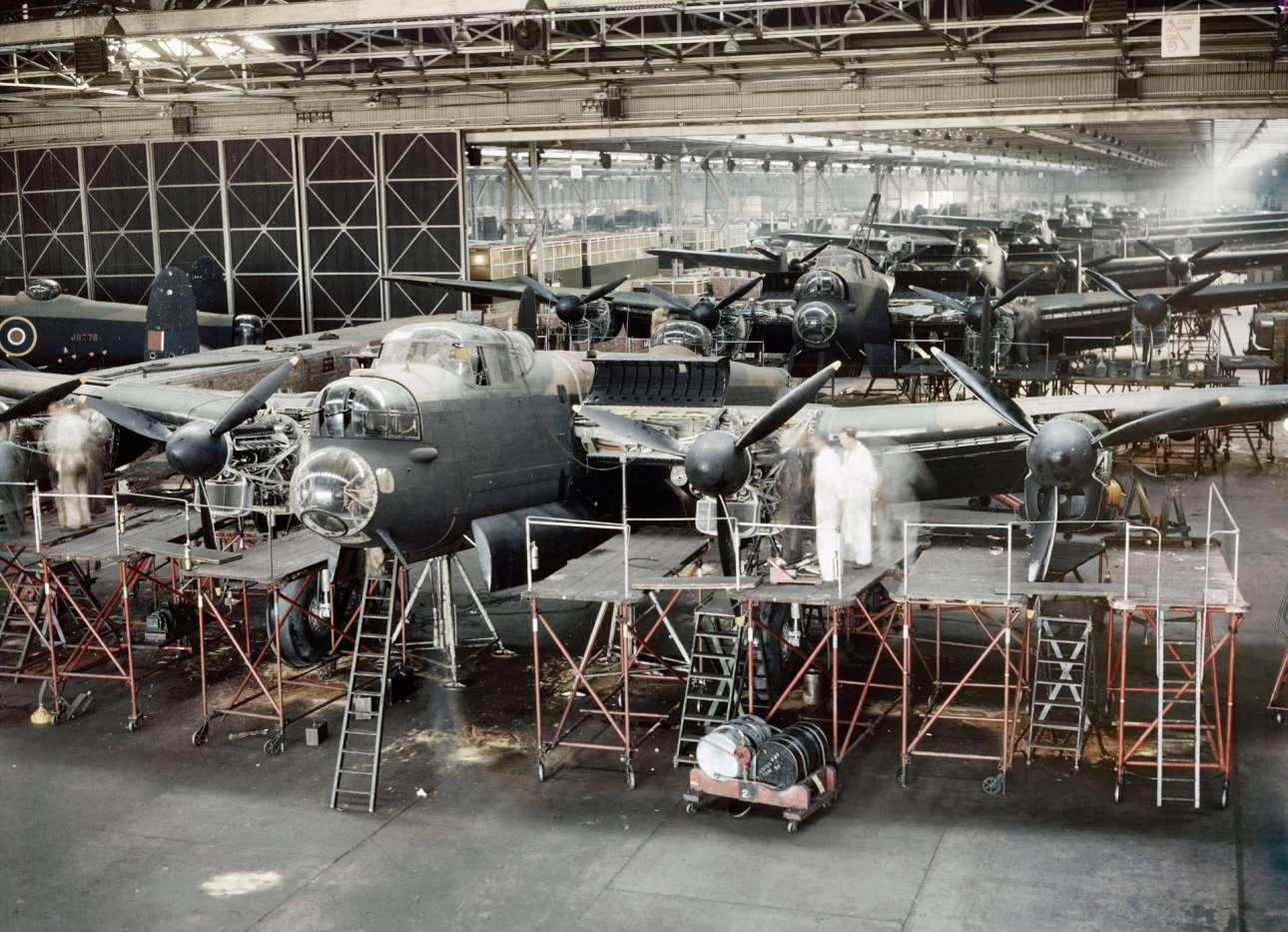 Βρετανικά βομβαρδιστικά αεροσκάφη στο τελικό στάδιο κατασκευής πριν βγουν στην μάχη, στο Τσέσαιρ το 1943