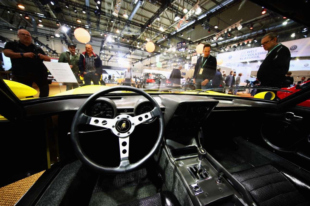 Μέσα στη Lamborghini Miura, όσο πιο κοντά στη θέση του οδηγού γίνεται...